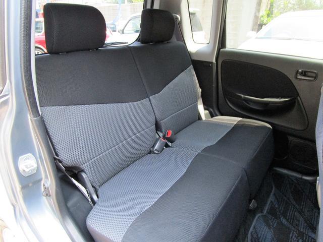 足元広々、ゆったりとした後部座席です。後部座席でリラックスした快適な空間でドライブはいかがですか。