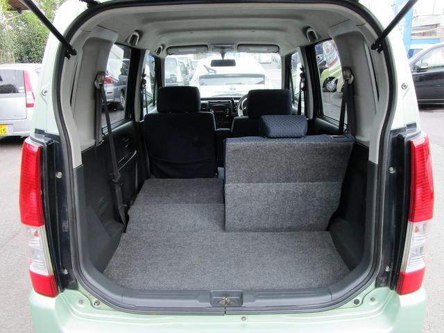 大きな開口部の荷室スペースはとても広々としております。大きな荷物も収納できちゃいますよ(^◇^)後ろの座席を前に倒すと荷物もたっぷり入りますよ~