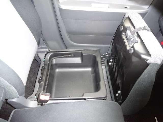 助手席座席下に収納BOXあります。
