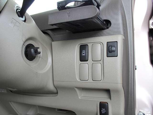スマートキーがあれば、すぐにエンジンがかけられます!電動ドアのスイッチもあります。折りたたみ式のドリンクホルダーも付いてるので便利ですね♪