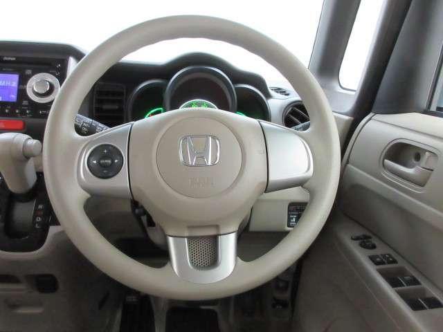 ステアリングにオーディオリモコンスイッチが付いてます。運転中視線を反らさずに操作ができます。