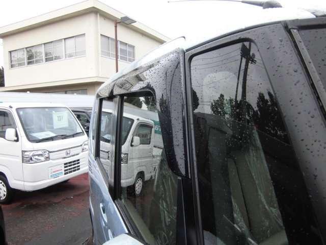 ドアバイザー装着車!雨天時にも少し窓をあけられますよ!