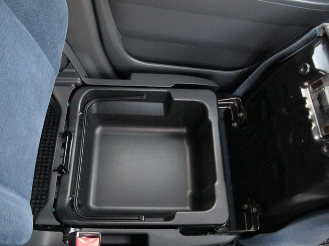 ●助手席シート下にも収納があり便利ですよ●