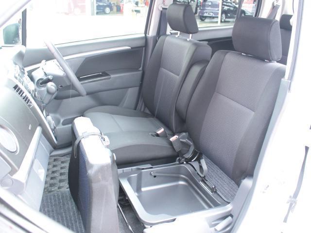 助手席には小さな小物や運転用の靴なども入れておけるアンダーボックスがついております。