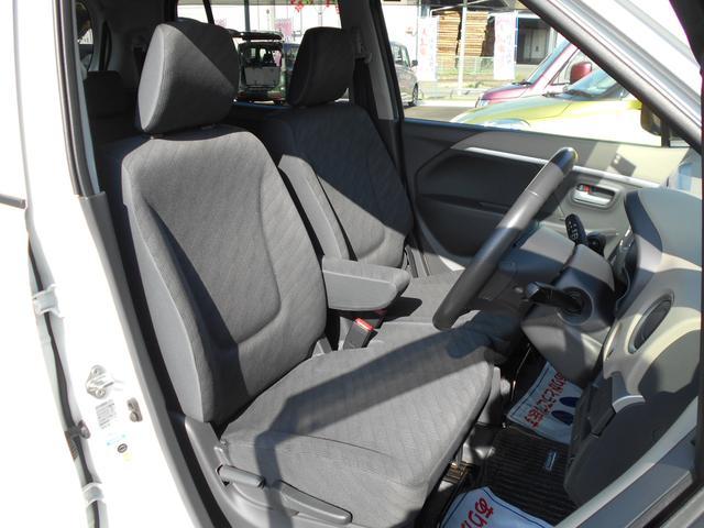 運転席はシート調整のできる「シートリフター」がついてます