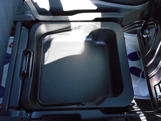 助手席下には持ち運びのできるトレイが装備されています。