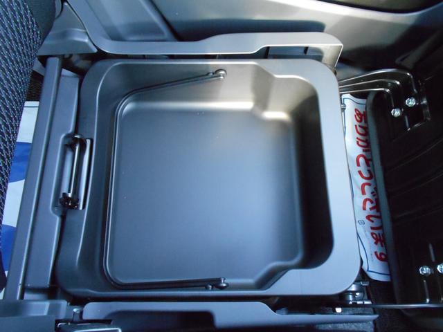 助手席下には、持ち運びのできるトレイが付いてます。
