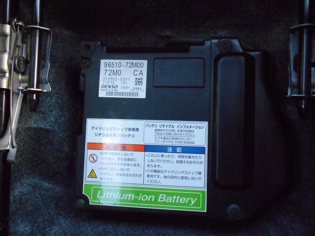 トレイの下にもう一つのバッテリーを備え、蓄えた電力をオーディオやメーターなどの電装品に供給することで、これまで発電のために使用していたガソリンの消費を最小限に抑えます。