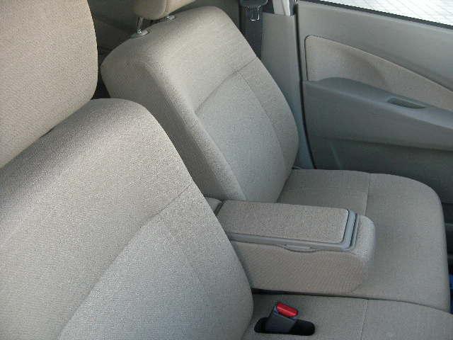 フロントシート中央に便利なセンターアームレスト付いています
