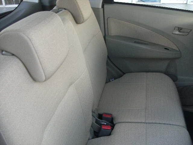 リヤシートにヘッドレストが付い中央から半分ずつ倒れます