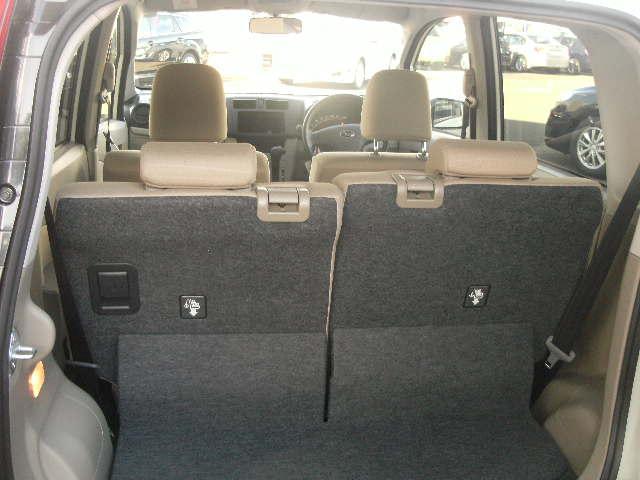 リヤシートが前後スライドして荷物が多くつんでも後部座席に」人が乗れます