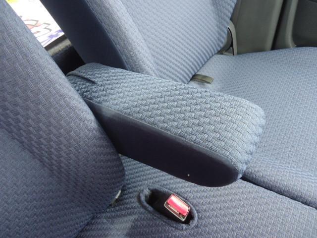 長時間ドライブの疲れを軽減する、嬉しいアームレストも付いてます。