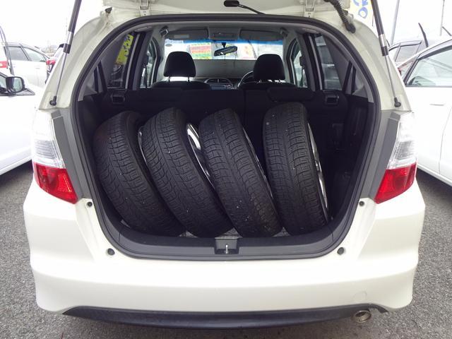タイヤを立てて4本収納できます。広いトランクルームです。後部座席は倒していません。中古スタッドレスタイヤ付!!