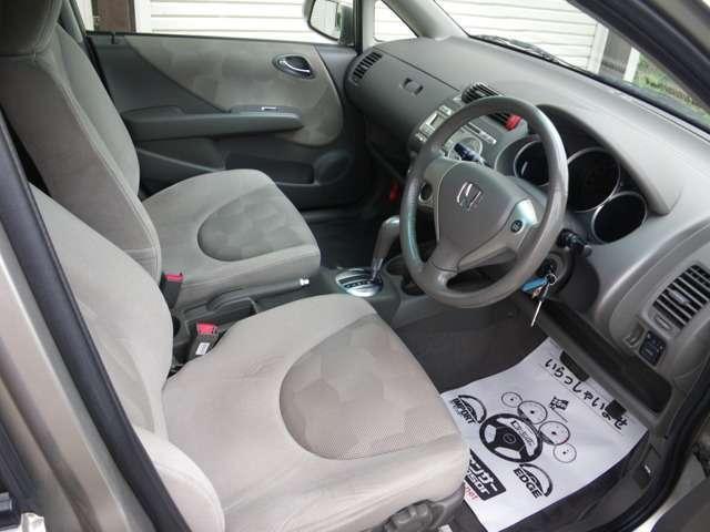 運転席周りになります。シートへたりも少なく快適に使用できます。グレー基調の豪華な内装です。