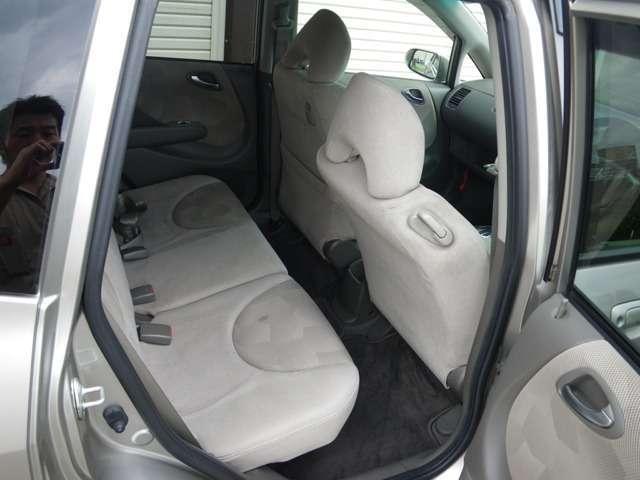 車両はコンパクトなフィットですが、室内はこのクラスでは広いです。また、リアシートは、通常後席足元のところにフラットに収納できるので、いざというときの収納力もあります。運転席肩部のレバーでスライドOK!
