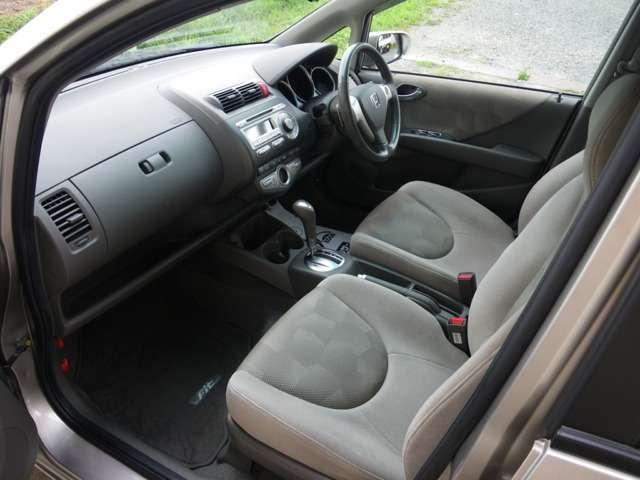 フル装備、ABS&Wエアバッグ、キーレス付き!安全装備も充実★使い勝手も良し!高燃費のフィットをぜひ体感してください!