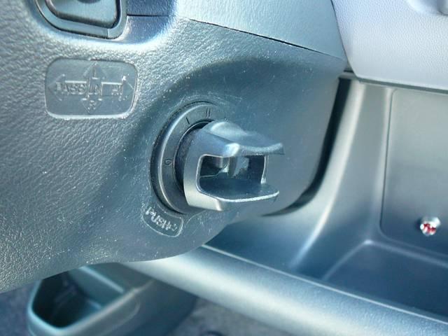カードキーシステムを使用すると鍵がなくてもエンジンを始動できます。