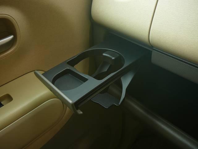 助手席にもドリンクホルダーあります。