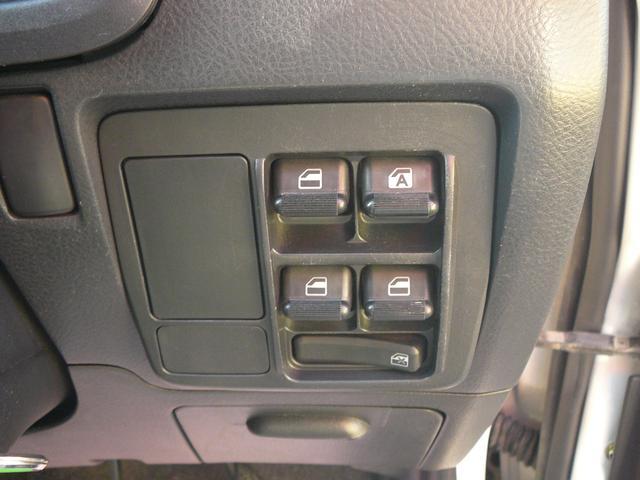 通常ドアに装備されることが多いパワーウインドスイッチは運転席右下のインパネに設置されています。