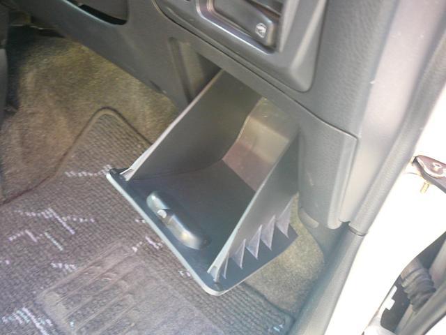 ドライバーズポケットには小物入れに最適です。