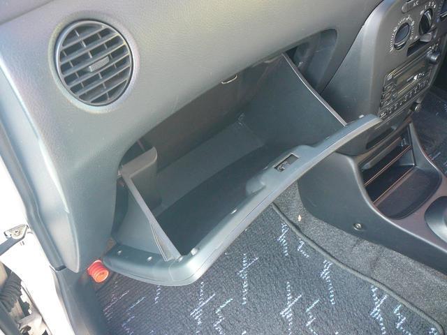 グローブボックスには車検証等の収納に便利です。