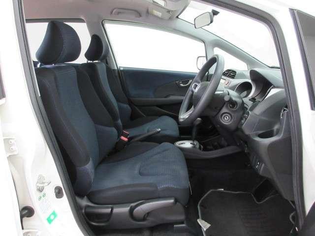 内装色はブラック+ブルーです。女性でも運転がしやすいように、シートの高さ調整機能がついています。