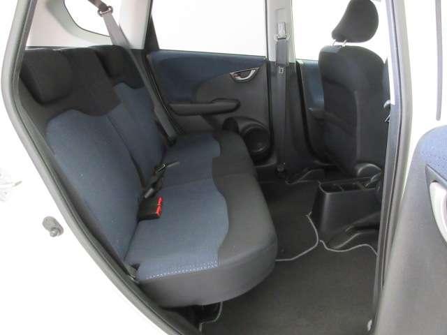 リアシートの座面の下には靴や傘などが置けるように空洞スペースがあります。