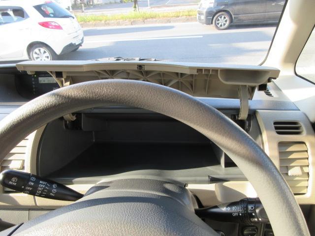 運転席正面に小物入れが付いてます!
