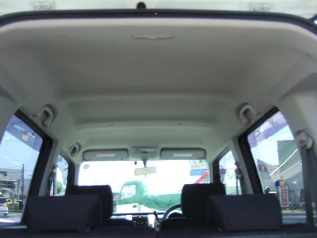 天張りからシートの隙間に至るまで細かく丁寧にクリーニングしています。