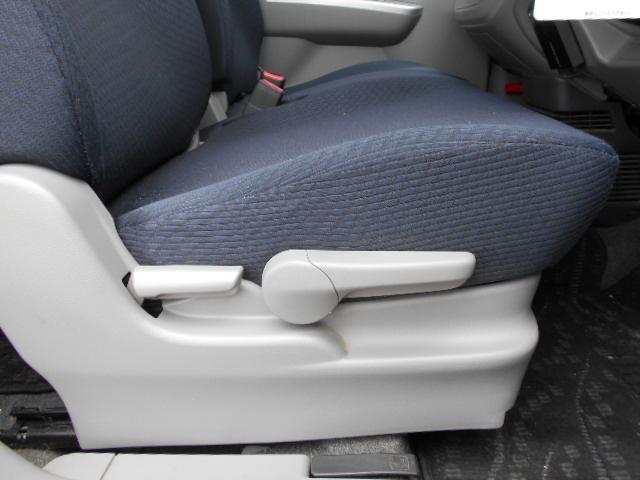 運転席には便利なシートアジャスター付き!