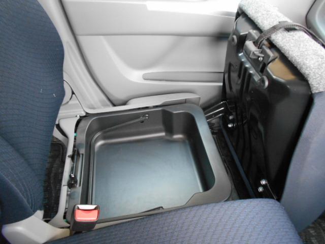 助手席座面下にある収納BOXは、取り外しも可能です!