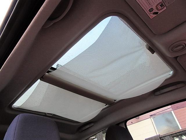 サンルーフが付いておりますので明るい陽射しを車内に取り入れることが出来ます♪開閉もスムーズで動作は問題ありません♪