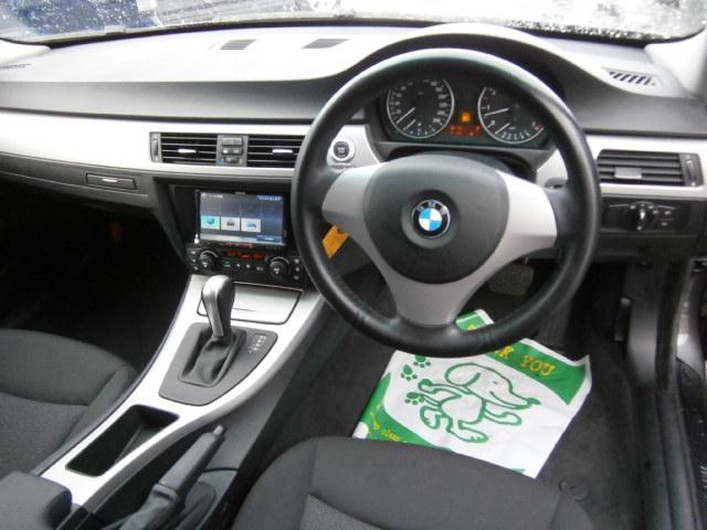 国内メーカー「アルパイン」製のリヤモニターはナビに連動した映像が後部座席用モニターに映されます。左右にそれぞれ搭載されております。