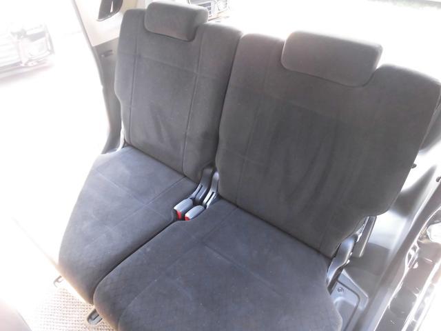 車内はブラックで統一されており、汚れも目立ちにくい色合いとなっております。リアシートはリクライニング機能も付いておりますのでゆったりお乗り頂けます。