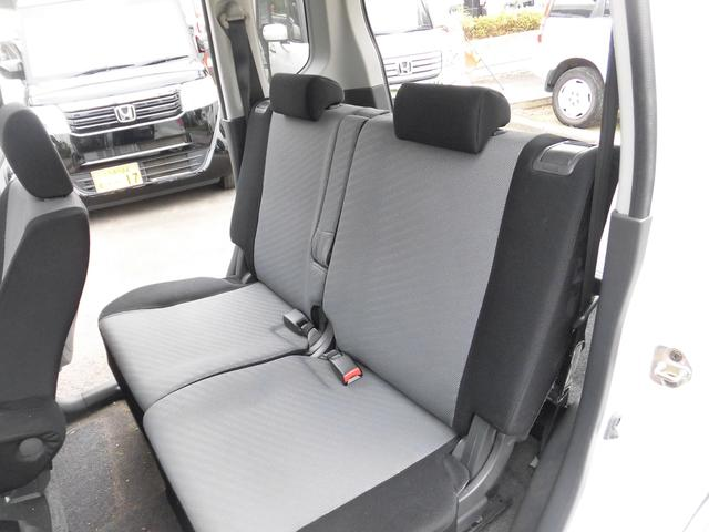 車内はブラックとグレーで統一されており、汚れも目立ちにくい色合いとなっております。リアシートはリクライニング機能も付いておりますのでゆったりお乗り頂けます。