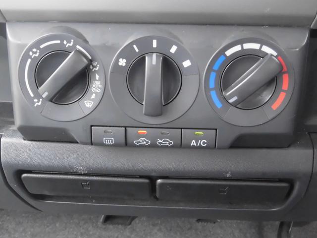 エアコン周りはとてもシンプルなデザインとなっております。女性の方にも簡単に操作できますよ。ドリンクホルダーも左右ではなく中央に二つ付いていますので使い勝手がよい仕様です。