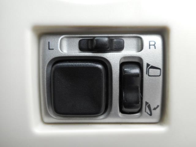 狭い駐車場に止めた時や洗車機に入れるときドアミラ−を車内からスイッチ操作一つでミラ−の折りたたみが出来てしまいます、電動格納ミラ−です
