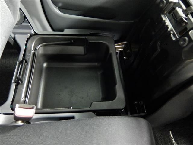 助手席シートの座面を起こせば、小物入れが出現。買い物などの荷物を置くことも出来ます。