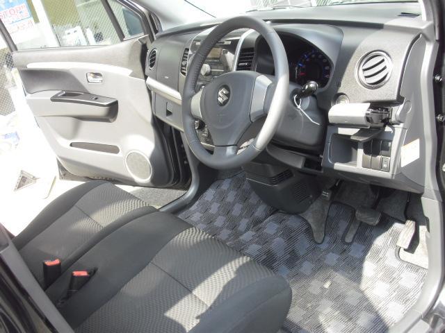 運転席側もこんなにキレイです!椅子の高さを調節するシートリフターが付いていますので、少し高めに設定しておくと視界が広くなって運転しやすくなりますよ♪