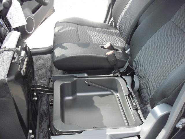 助手席の下には収納スペースがありますよ!買い物バックを置くと中のものが出難くなるので一人で買い物に行ったときに便利です!普段使わない車検証を入れておくのにも便利ですよ