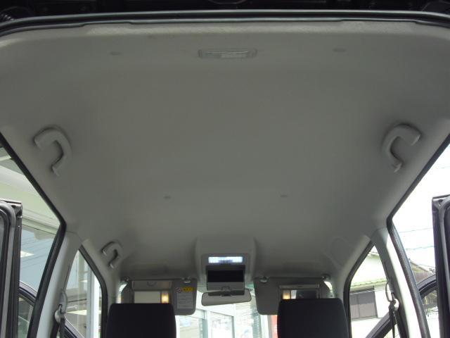天井もこの通りキレイです!運転席と助手席にはミラーが付いていますので身だしなみのチェックもばっちりです♪