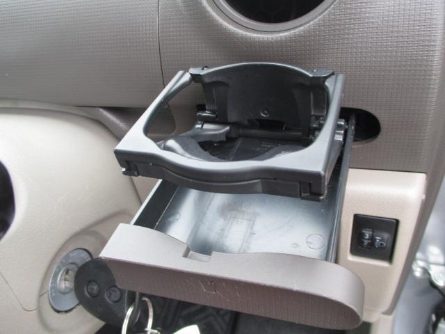 フロントには収納式のカップホルダーが付いてます。もちろん助手席側にも装備されてます。