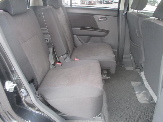 ロングスライドできるリヤシートで、定員乗車で荷物も積みたいときには便利です。後ろまで下げれば足元もゆったり♪