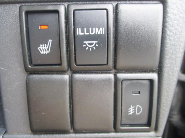 各ドアのスピーカーやダッシュパネルの間接照明も付いてます。運転席はシートヒーターも装備されてるから、寒い日もおしりはぽかぽかです。