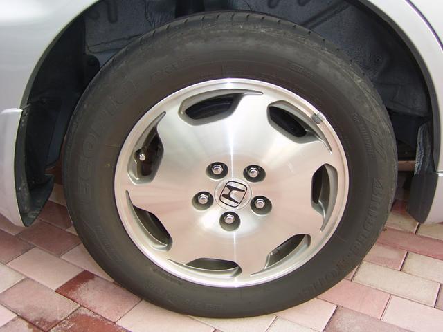 アルミホイール16インチ標準、タイヤサイズ 215/60R16 95Hです!(^^)!