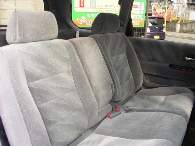【2列目シート】3名座れる座席ですが、真ん中を倒していただければ肘おきにも変身いたします(*^_^*)
