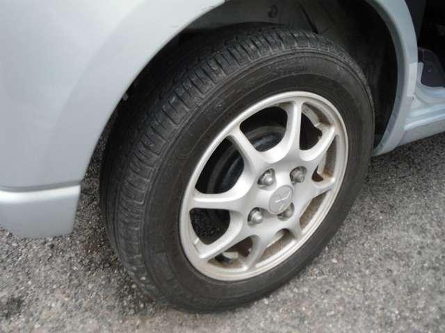 タイヤの溝もたっぷり残っています!タイヤ溝はお車の制動距離にも関係があり、溝が残っていれば安全性も高まります!また、ご購入後に買い替えの必要もなく、無駄な出費や時間を削減することができます♪