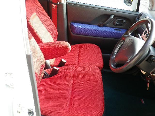 フロントシート  アームレストも付いたベンチシートでゆったり運転できますよ!