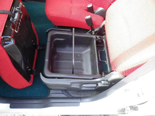 助手席座面の下には大きな収納ボックスがあります。バケツのように取り外し持ち出せますので使い方、いろいろです!