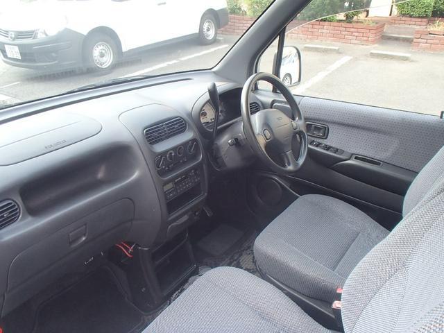 すっきりとした運転席周りです!コラムATですので足元もすっきりしてます。
